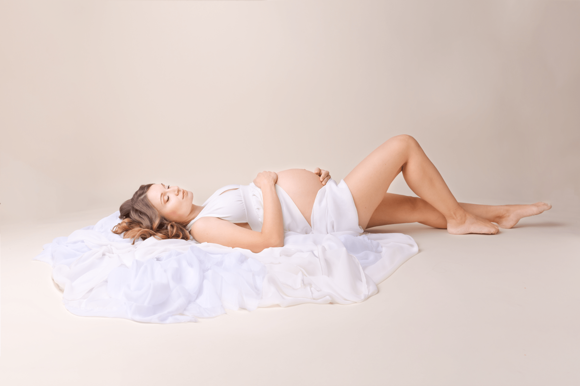 Schwangere-Frau-Fotostudio-Enns-Elegant-Zeitlos-Modern-Babybauch